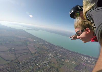 Szabadesés közben, háttérben a Balaton